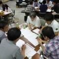 全体会合でのグループ討議で真剣な議論(写真1)