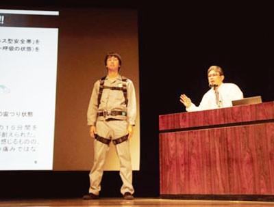 昨年開催した東京労働局の新規入職者講習の様子。講習の内容は、動画配信サイト(YouTube)上で誰でも観ることができる。http://www.youtube. com/user/safeworktokyo/videosにリンクします。