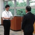 要請文を手渡す平川秀樹労働基準部長(左)