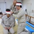 二人一組で前額部の止血を練習