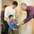 ファミリーデーで社員の子供と触れ合う湯浅社長(右)