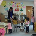 子供達と楽しく触れ合う平井さん(左)と江尻保育士(右)