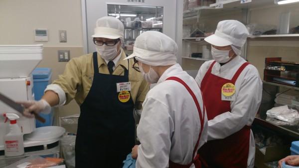 肉の切り方などを丁寧に技術指導している