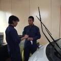 日本人の社員(左)から指導を受け技術がメキメキ向上