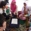 特別小学校で習字を教える研修生(インドネシア)