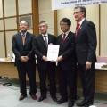 協定書を囲む4組織の代表者