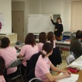 管理者研修で新人事制度について説明する鈴木社長