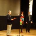 山本社長からCIC賞を受け取る欧州ブロック代表