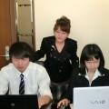 中西さん(左)らを見守るアサップシステム・伊藤社長