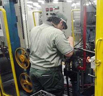 現地工場で初歩的作業を体験する